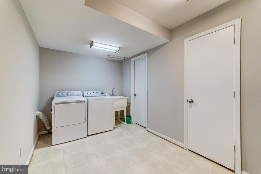 Laundry room with storage closets - 1331 STOKLEY WAY, VIENNA