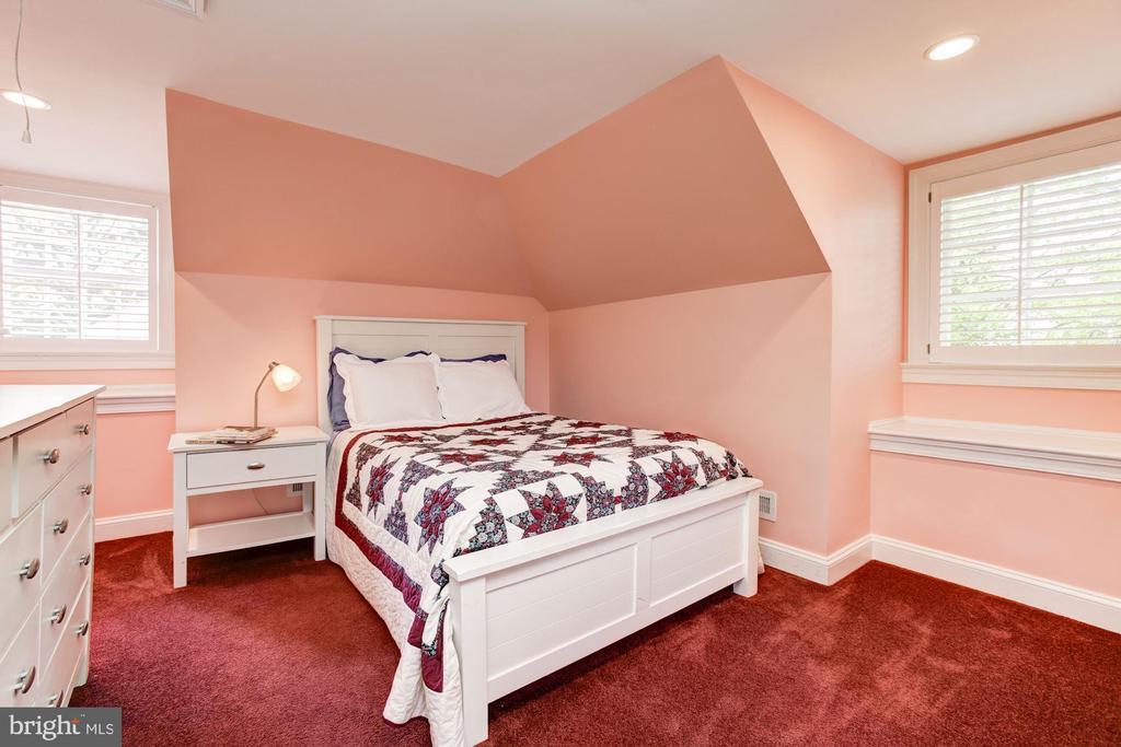 Third floor suite, large closet, desk area - 2 CUMBERLAND CT, ANNAPOLIS