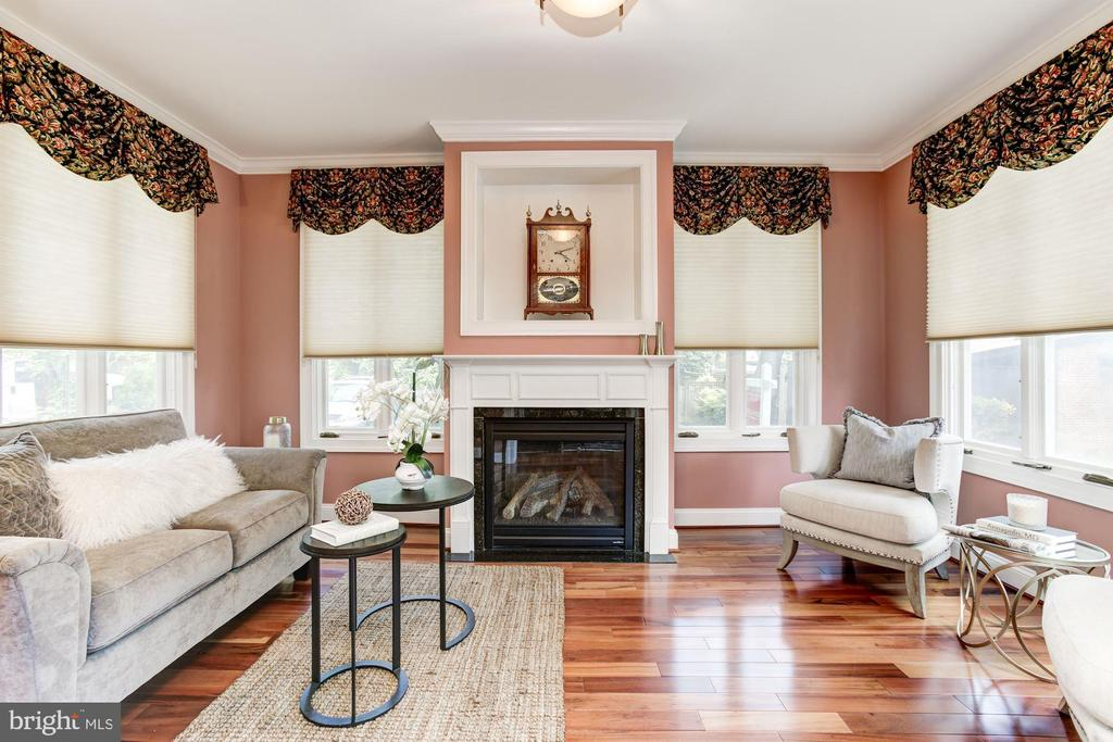 Living room, gas fireplace, windows on 3 sides - 2 CUMBERLAND CT, ANNAPOLIS