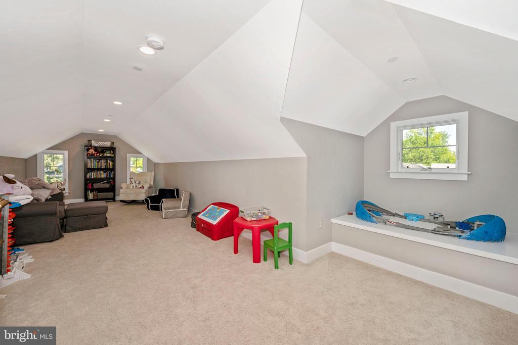 5th Bedroom /Loft - 5606 FOREST PL, BETHESDA