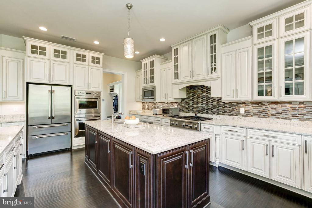Contrast Island and Professional SS Appliances - 13029 HIGHGROVE RD, HIGHLAND