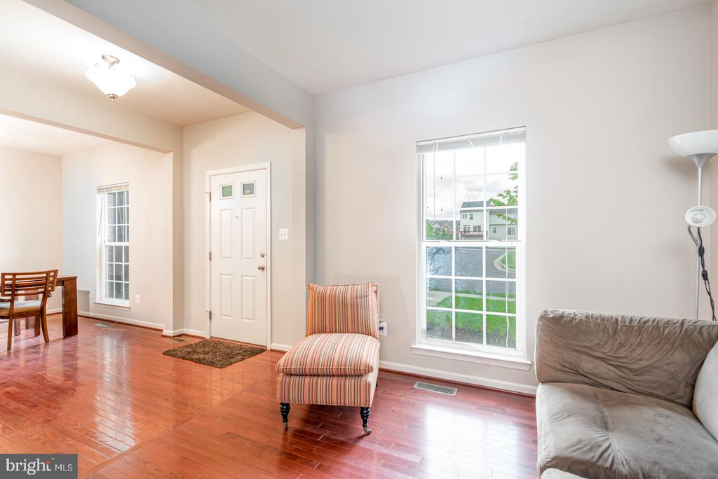 Lots of Windows Offer Natural Light - 25928 KIMBERLY ROSE DR, CHANTILLY