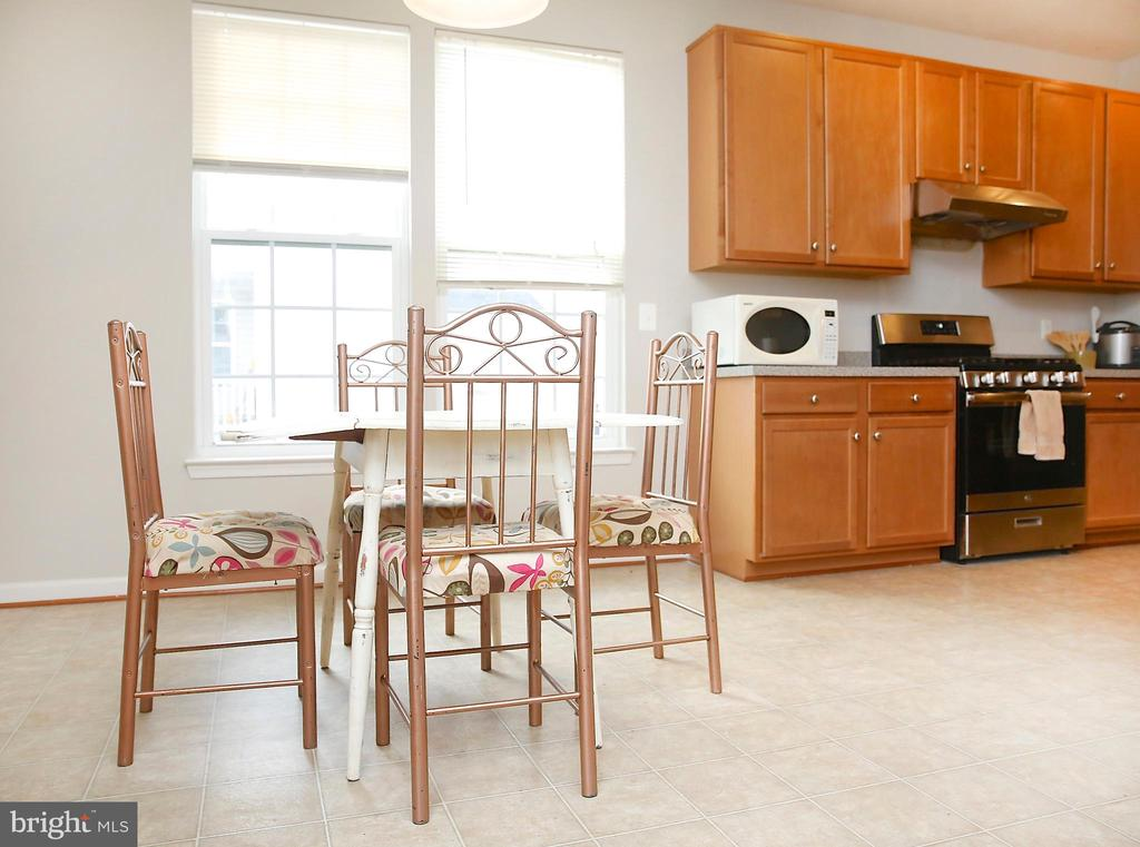 Kitchen Complete with Separate Table Space - 25928 KIMBERLY ROSE DR, CHANTILLY