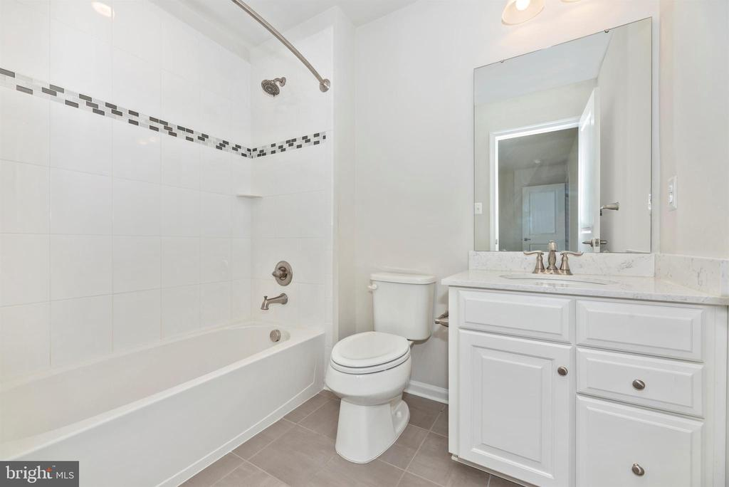 Private full bath for the 2nd bedroom - 10058 HUTZELL ST, IJAMSVILLE