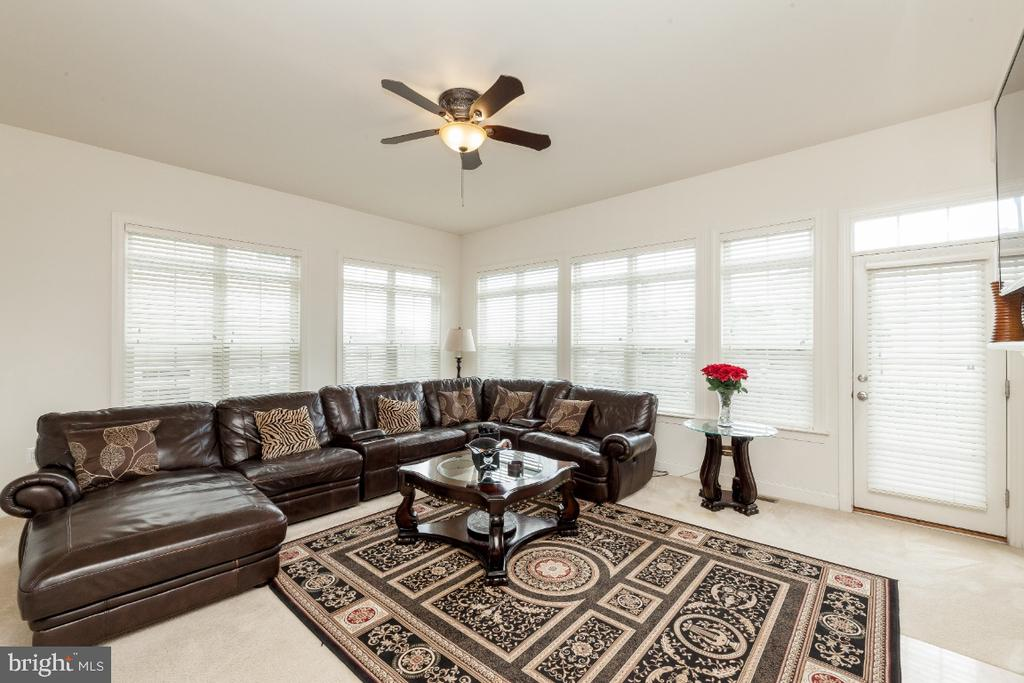 Large FR w plenty of space for entertainment - 42426 IBEX DRIVE, STERLING