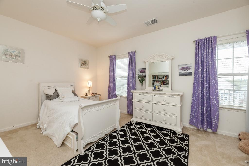 Large secondary bedrooms w ceiling fans - 42426 IBEX DRIVE, STERLING