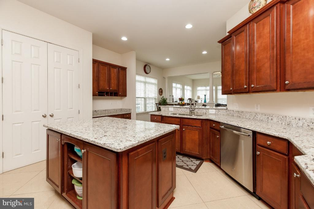 Gourmet Kitchen w separate island & butler pantry - 42426 IBEX DRIVE, STERLING
