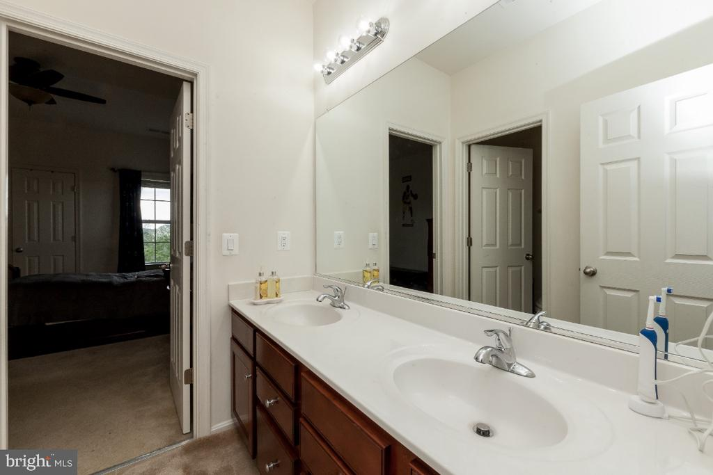 Jack-n-Jill bathroom with dual vanity sinks - 42426 IBEX DRIVE, STERLING