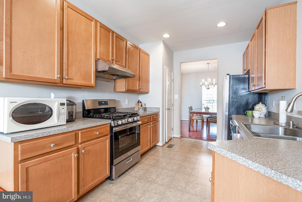 New Stove, Fridge and Exhaust Fan - 25928 KIMBERLY ROSE DR, CHANTILLY