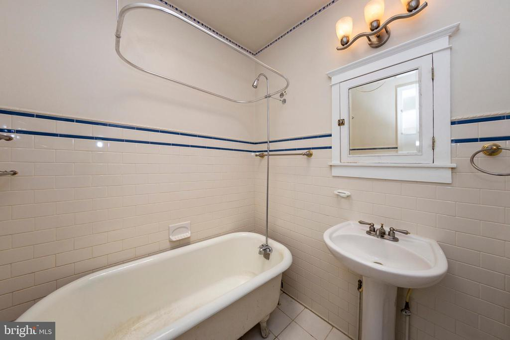 Upstairs bathroom - 2316 2ND ST NE, WASHINGTON