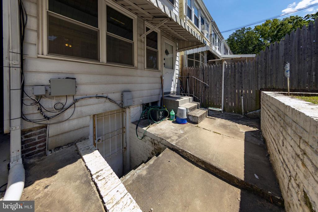 Separate access to basement - 2316 2ND ST NE, WASHINGTON
