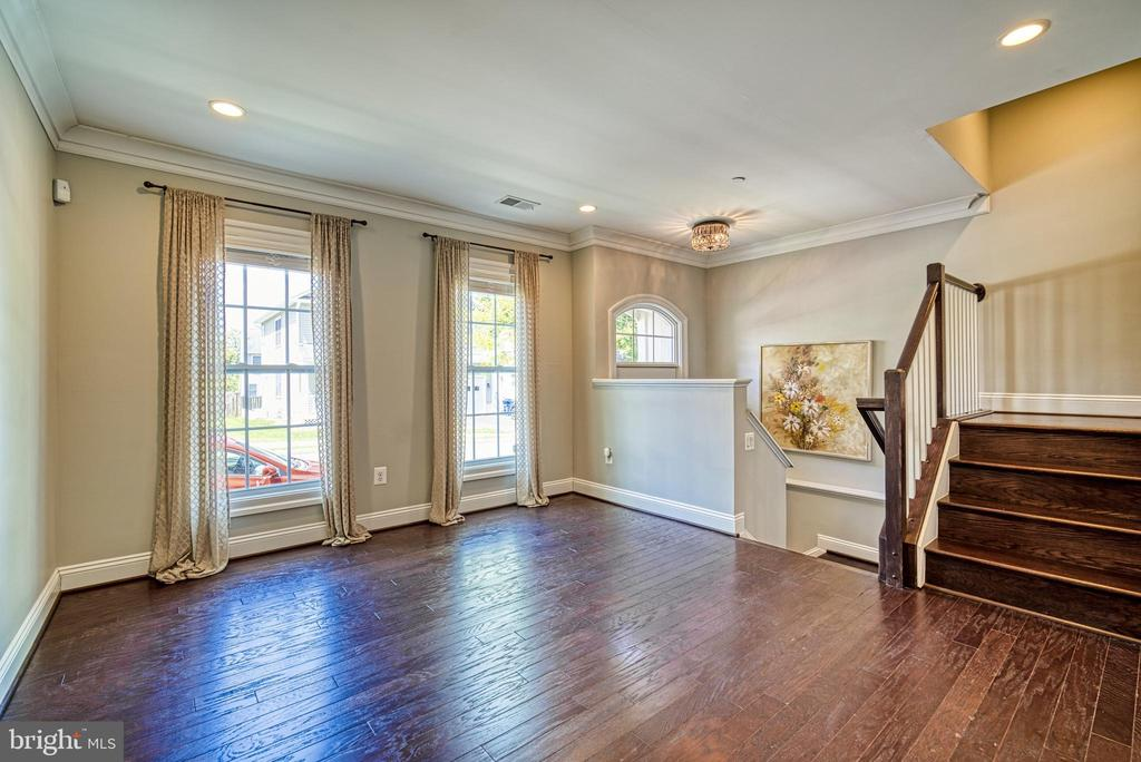 Entry level family room for welcoming guests - 825 N WAKEFIELD ST, ARLINGTON