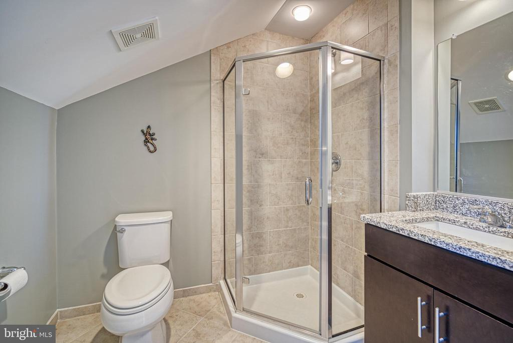 Each bedroom has its own attached bath - 825 N WAKEFIELD ST, ARLINGTON