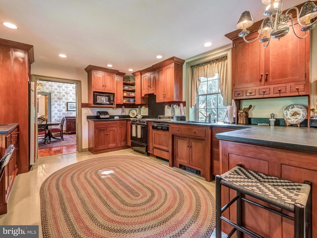 Kitchen with breakfast bar - 4105 WESTON DR, KNOXVILLE