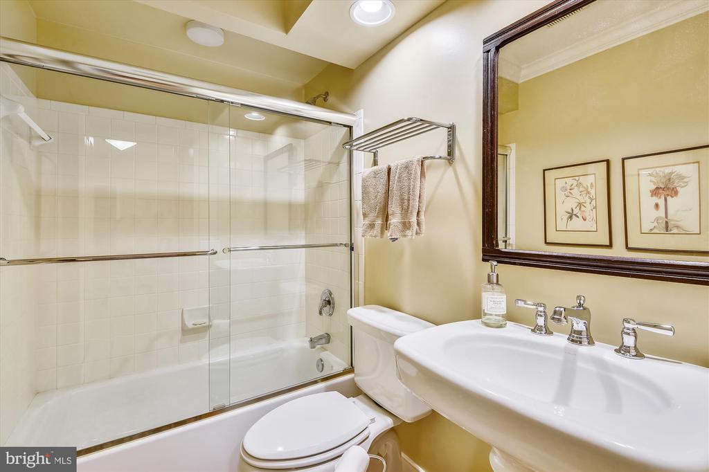 Main  Floor full bath - 236 MOUNTAIN LAUREL LN, ANNAPOLIS