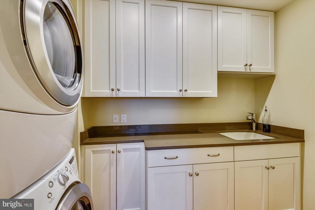 Laundry room w/ Quartz counter - 236 MOUNTAIN LAUREL LN, ANNAPOLIS