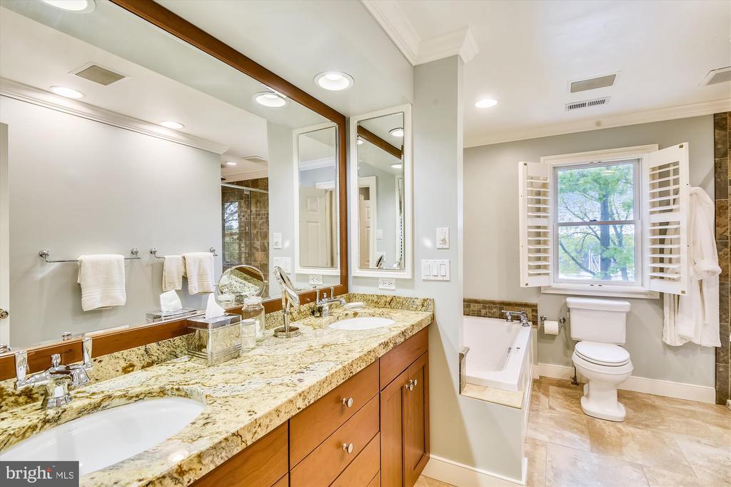 Master bath w/ huge vanity, jetted tub, tile flr. - 236 MOUNTAIN LAUREL LN, ANNAPOLIS