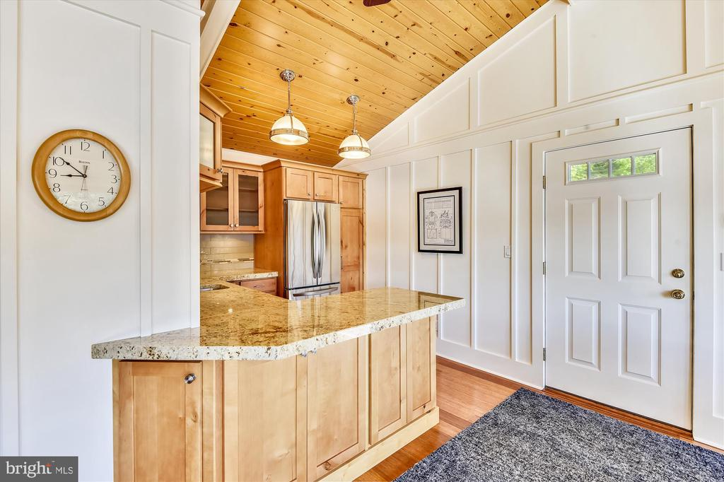 Vaulted ceiling, dbl sided cabinetry, wainscotting - 236 MOUNTAIN LAUREL LN, ANNAPOLIS