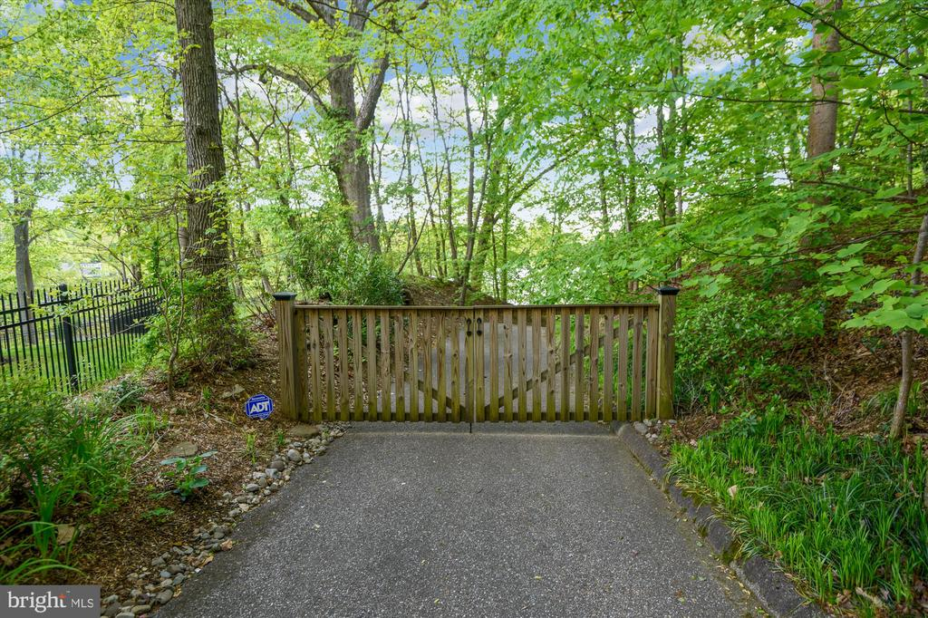 Private separate driveway leading to water's edge - 236 MOUNTAIN LAUREL LN, ANNAPOLIS