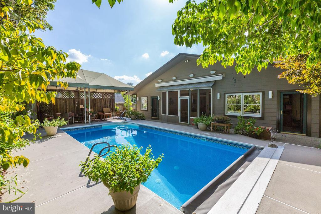 Automatic pool cover & heated pool - 5119 BRADLEY BLVD, CHEVY CHASE