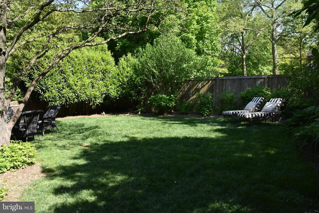 Fenced back yard - 7600 GLENDALE RD, CHEVY CHASE