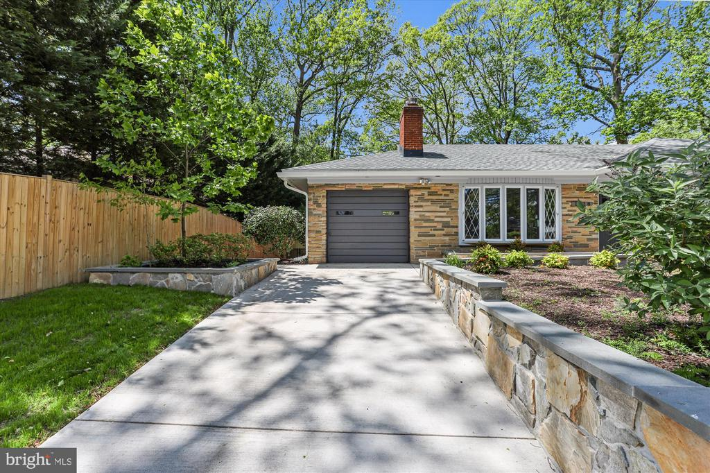 Driveway leading to Attached Garage - 1128 CRESTHAVEN DR, SILVER SPRING