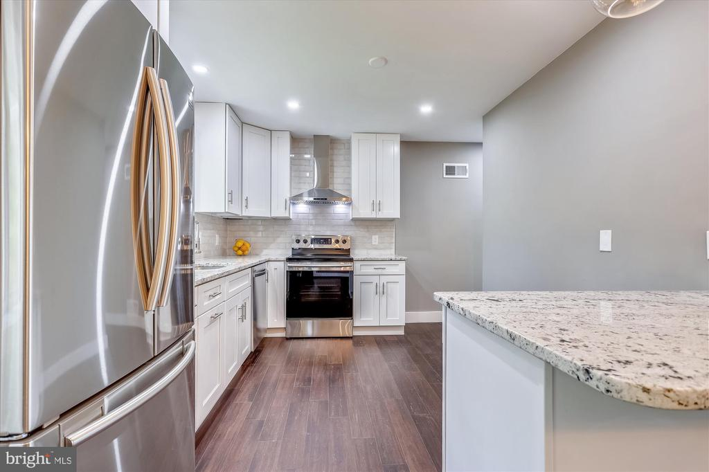 Kitchen with Granite - 1128 CRESTHAVEN DR, SILVER SPRING