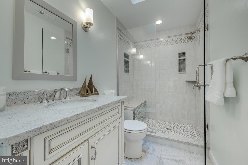 Updated Hall Bath with Granite Counter-top - 344 DUBOIS RD, ANNAPOLIS