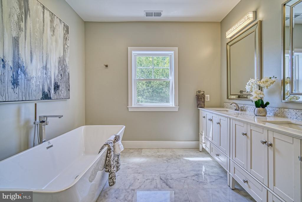 Master Bath Soaking Tub - 1349 GORDON LN, MCLEAN
