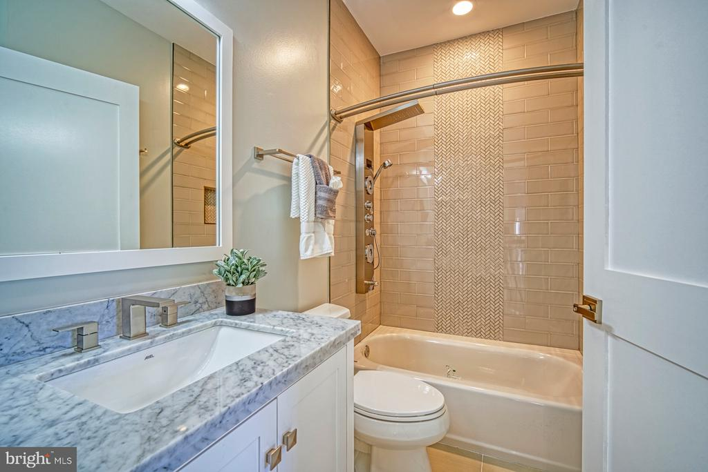 5th En Suite Full Bathroom - 1349 GORDON LN, MCLEAN