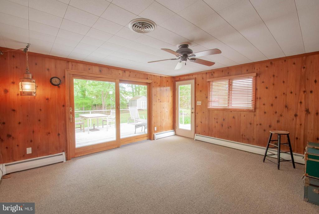 family room sliders opens to deck and back yard - 449 POPLAR LN, ANNAPOLIS