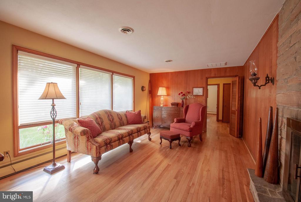 Lots of natural light in living room - 449 POPLAR LN, ANNAPOLIS