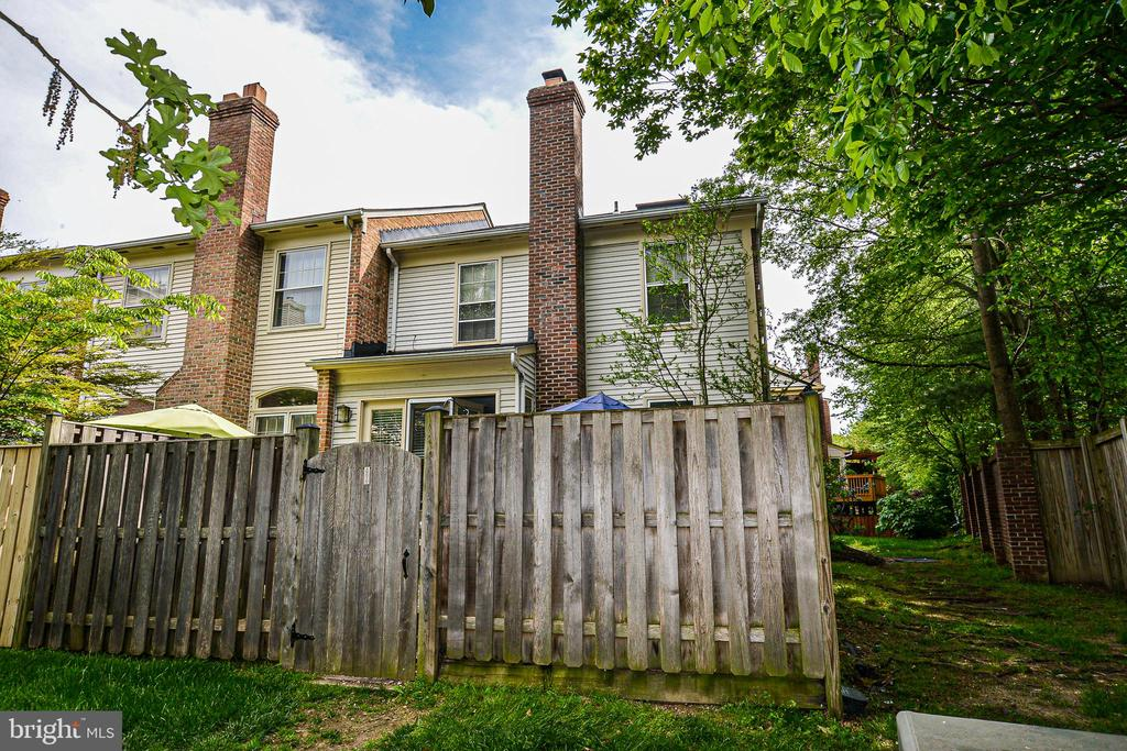 Fully fenced rear yard-great if you have dogs! - 6510 WESTMORE CT, SPRINGFIELD