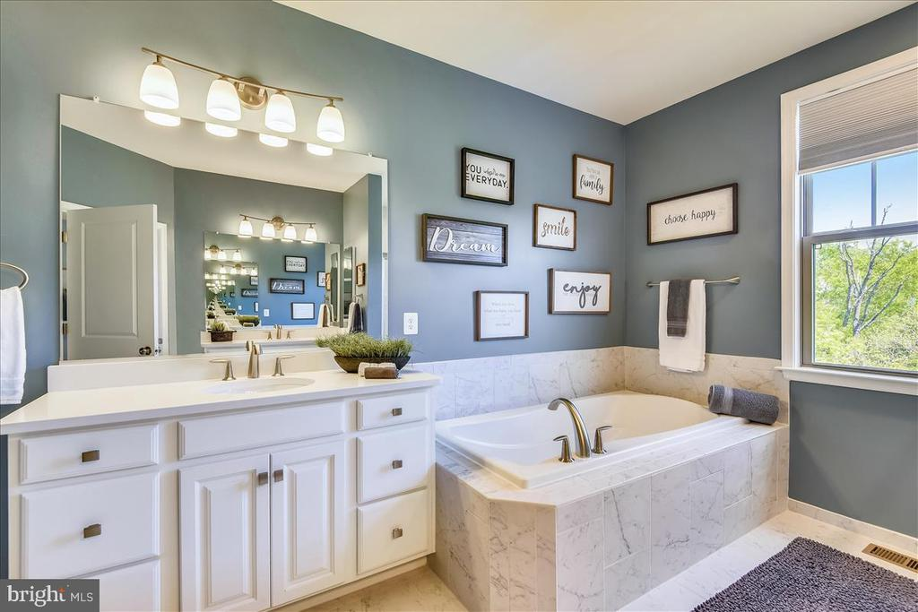 Master  Bath - Silestone counters and soaking tub - 23378 NANTUCKET FOG TER, BRAMBLETON