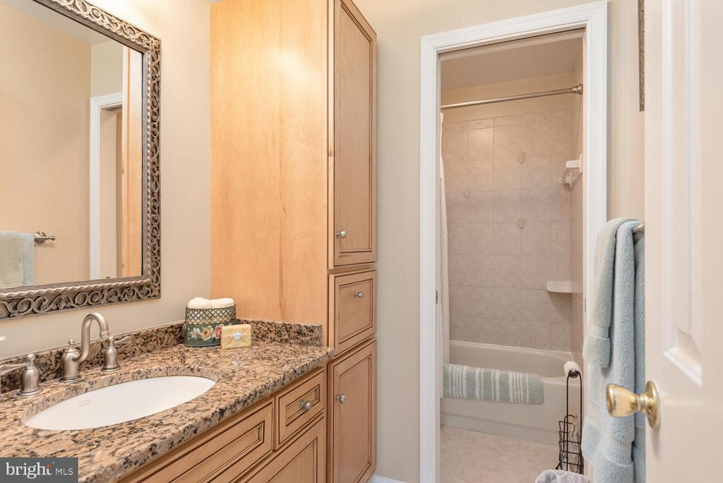 Upstairs main hall bath with upgraded granite! - 325 SANDY RIDGE RD, FREDERICKSBURG