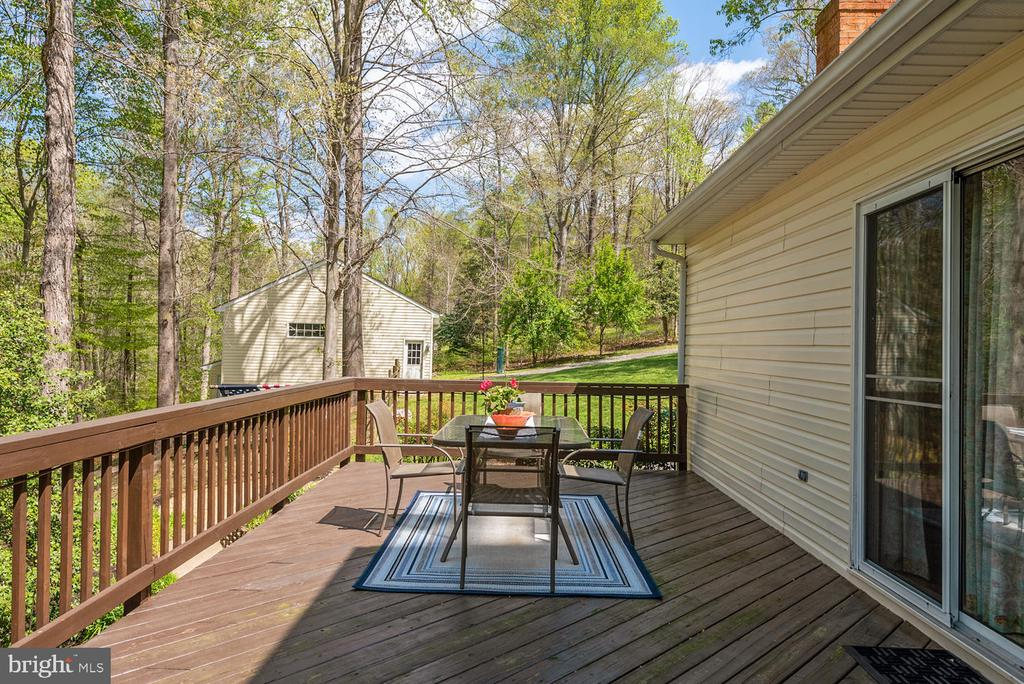 Huge top deck with plenty of room for table! - 325 SANDY RIDGE RD, FREDERICKSBURG