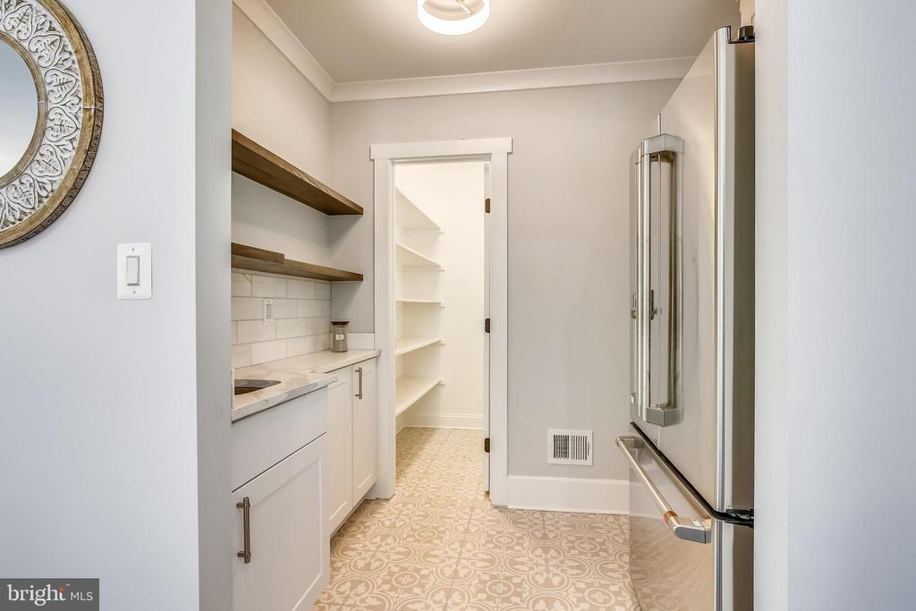 Butler's Pantry with wet bar. Great storage! - 705 N BARTON ST, ARLINGTON