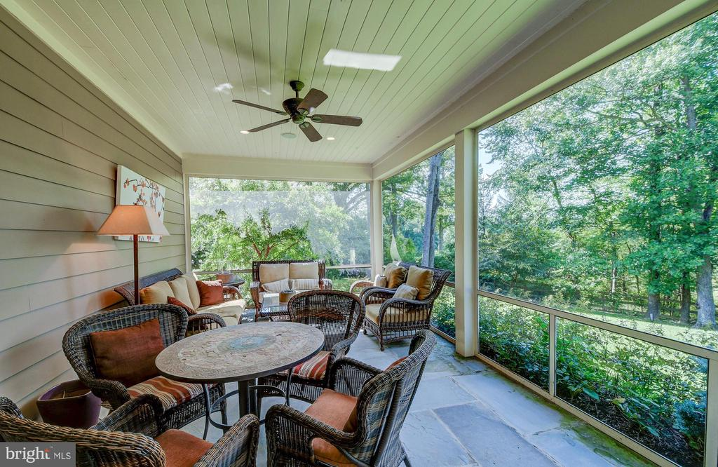 Attached screened porch - 28 CAVESWOOD LN, OWINGS MILLS