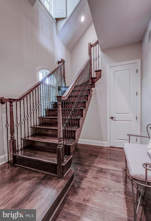 Custom bannisters - 28 CAVESWOOD LN, OWINGS MILLS