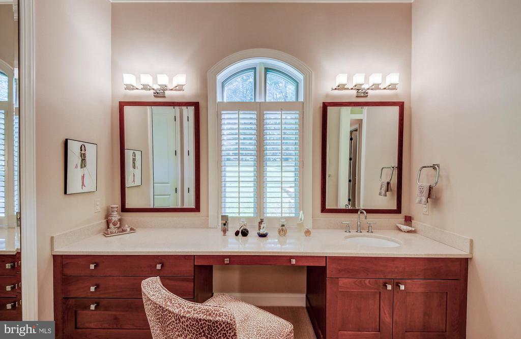 Dressing area with vanity - 28 CAVESWOOD LN, OWINGS MILLS