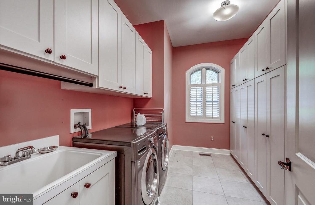 Separate laundry room - 28 CAVESWOOD LN, OWINGS MILLS