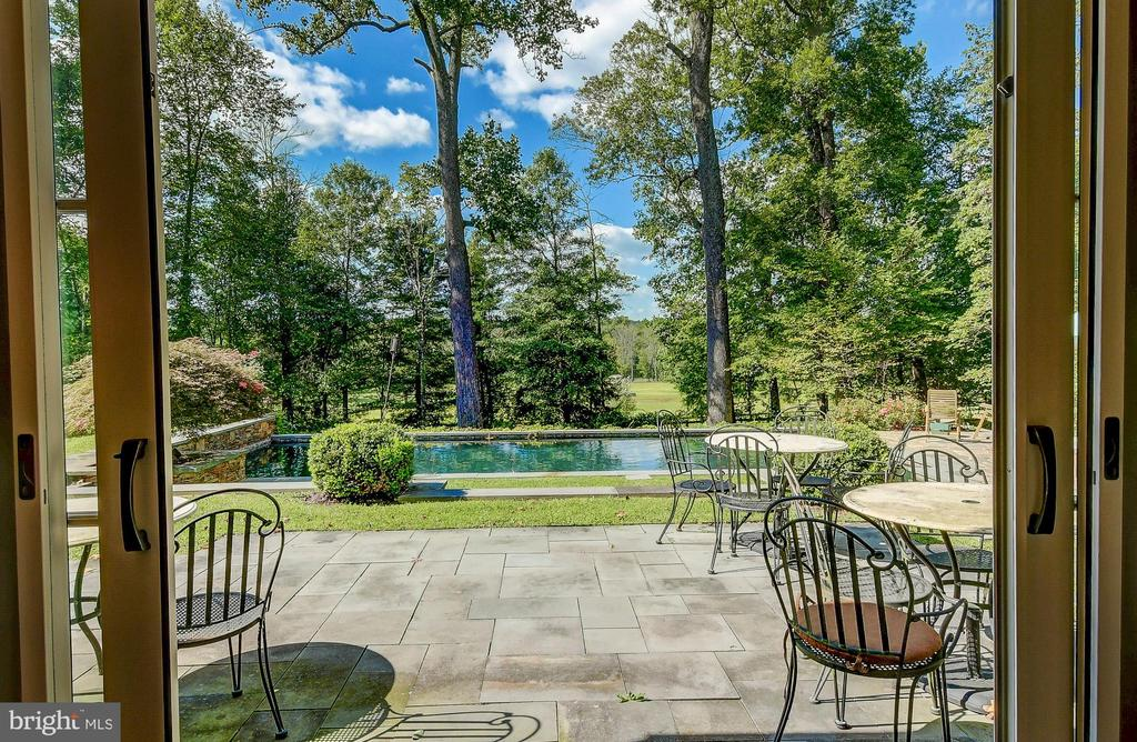 Step out to pool deck from living area - 28 CAVESWOOD LN, OWINGS MILLS