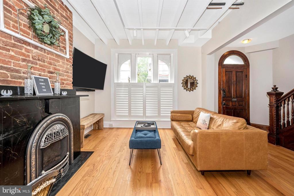 Living room w/ exposed brick & custom window cover - 18 N WISNER ST, FREDERICK