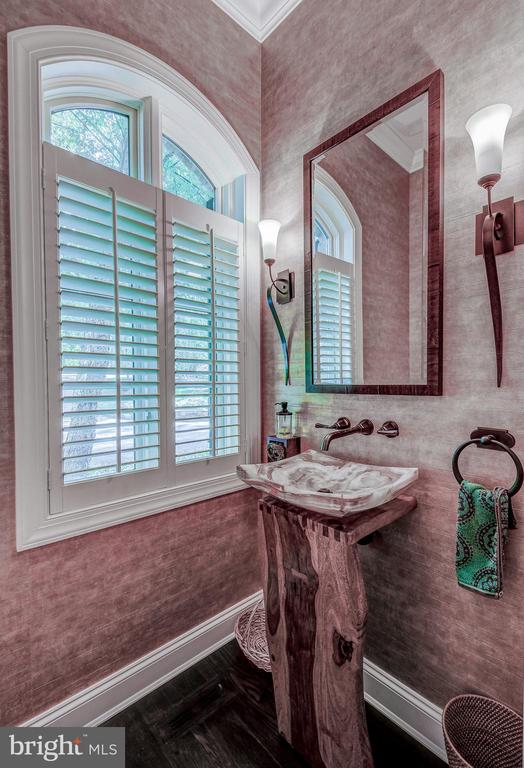 Gorgeous powder room - 28 CAVESWOOD LN, OWINGS MILLS