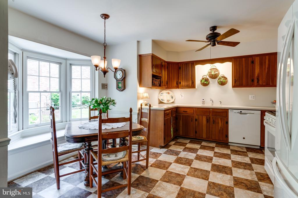 Kitchen~ Gas Stove - 3634 CAMELOT DR, ANNANDALE