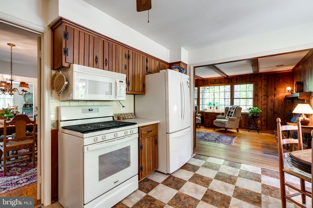 Kitchen-Gas stove - 3634 CAMELOT DR, ANNANDALE