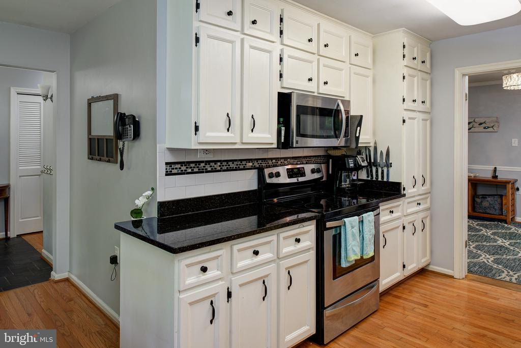 Kitchen w/stainless steel appliance - 39225 FOXHILL RD, LEESBURG
