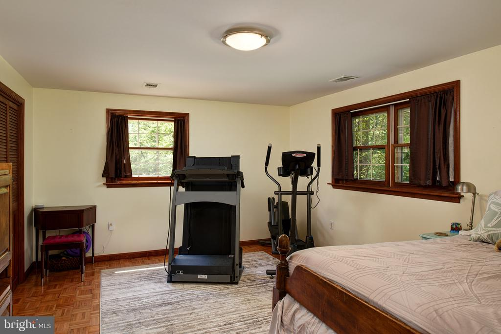Lower level spacious bedroom - 39225 FOXHILL RD, LEESBURG