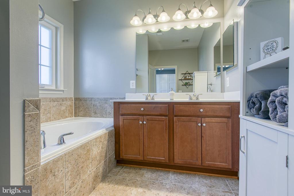 Soaking tub,  shower, dual sink in Master Bathroom - 214 WOODSTREAM BLVD, STAFFORD