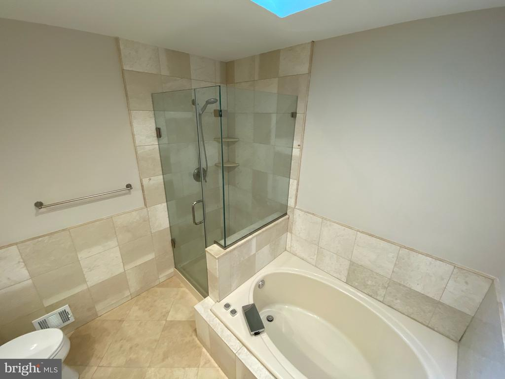 Soaking tub and large shower - 1401 HUNTING WOOD RD, ANNAPOLIS